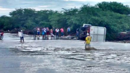 Camión que trasladaba alimentos de Qali Warma se volteó al cruzar quebrada