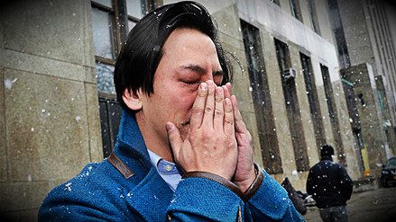 Hombre acusado de patear a joven embarazada lloró tras ser liberado bajo fianza