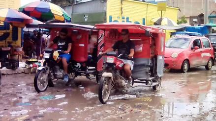 Lluvias inundaron el mercado de Piura y la basura se encuentra acumulada