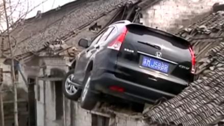 Video | Un auto terminó empotrado en el techo de una casa en China
