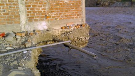 Vivienda quedó suspendida tras desborde del río Huaura
