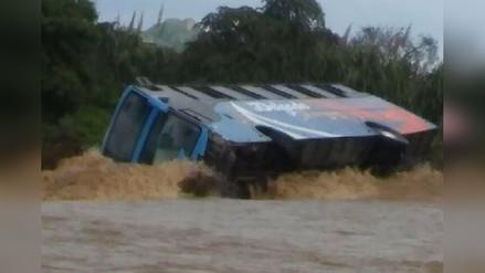 Chiclayo: bus se volteó con 35 pasajeros tras intentar cruzar quebrada