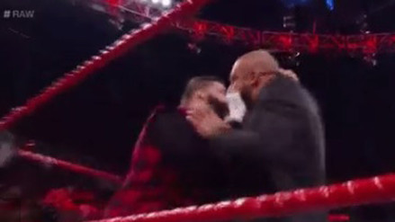 Mick Foley revivió al 'Señor Media' y atacó a Triple H en RAW