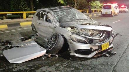 Le regalan un moderno Mercedes Benz y lo choca en una carrera de piques