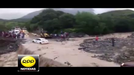 Transportistas arriesgan sus vidas en quebradas que incrementaron su caudal