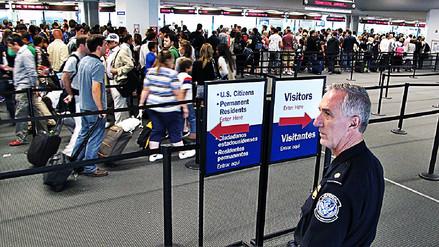 Agentes fronterizos de Estados Unidos revisan los móviles de viajeros