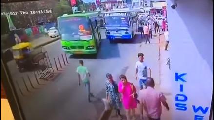 Caminaba distraído con el celular y fue atropellado por un bus