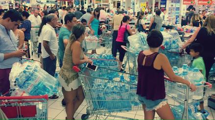 Fotos | Limeños arrasaron con el agua en los supermercados