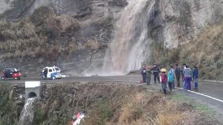 Cuatro vehículos fueron arrastrados por deslizamiento en Simbal