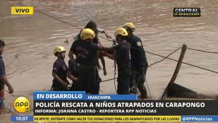 Policías rescatan a niños atrapados por el huaico en Huachipa
