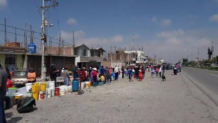 Miles de pobladores se abastecen de agua potable de carros cisternas