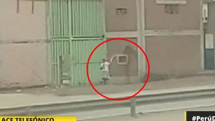 Video   Mujer riega polvo pese a desabastecimiento de agua