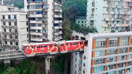 La insólita solución para que un tren atraviese una zona llena de edificios en China