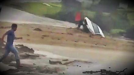 Un auto fue arrastrado por desborde de una quebrada en Sechura