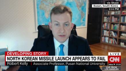 CNN hizo este pedido al profesor Robert Kelly para entrevistarlo en vivo