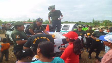 Policía ecológica reparte desayunos a niños de zonas afectadas por inundaciones