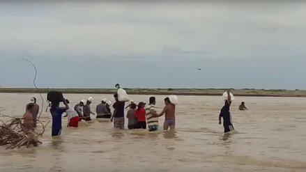 Pasajeros arriesgan su vida para cruzar caudal del río La Leche