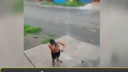 Un hombre se baña con agua de lluvia en Arequipa