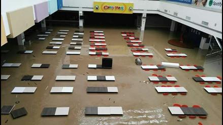 Centro comercial de Piura se inunda tras desborde del río
