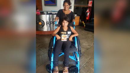 Rotafono: Una niña con problemas en la columna recibió una silla de ruedas