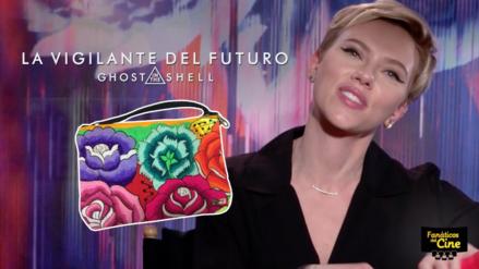 Video | Scarlett Johansson recibe bolso hecho por mujeres peruanas