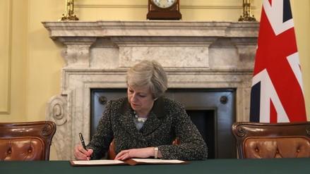 Theresa May firmó la carta en la que pide el brexit