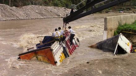 Huaraz: dos camiones cayeron a las caudalosas aguas del río Santa