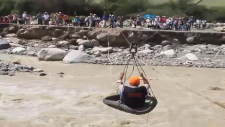 Enfermeras cruzan el río en una llanta para cumplir con su labor