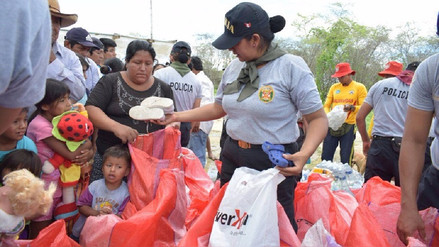 Agentes policiales llevaron ayuda a damnificados por lluvias