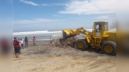 Limpian Huanchaco tras desborde de quebrada El León