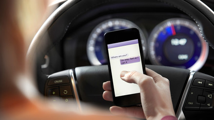 Por qué no debes revisar tu celular mientras manejas
