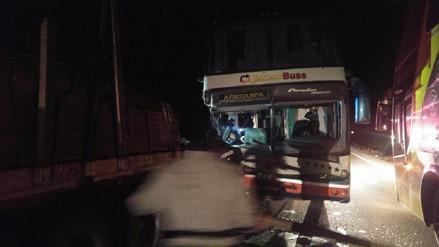Choque de bus interprovincial deja una persona muerta y otra herida