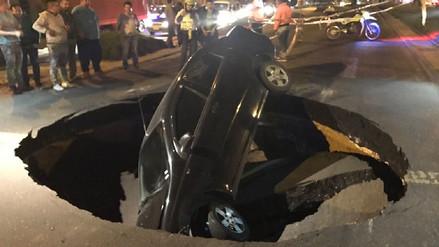 Auto fue 'tragado' por un hueco en una vía de Colombia