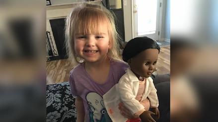 Niña dio una lección a la cajera que 'discriminó' a su muñeca