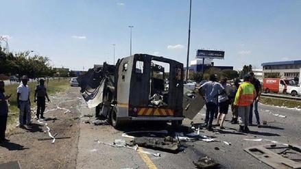 Ladrones explotan un camión blindado para robar su cargamento