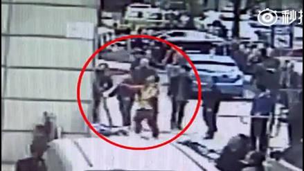 Maestro de artes marciales salva a un hombre de sufrir aparatosa caída