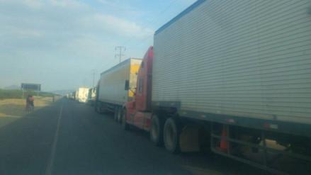 Vehículos varados en Virú empiezan a circular después de más de 12 horas