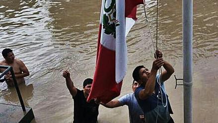 Orgullo: policías de Huarmey izaron el pabellón pese a la inundación