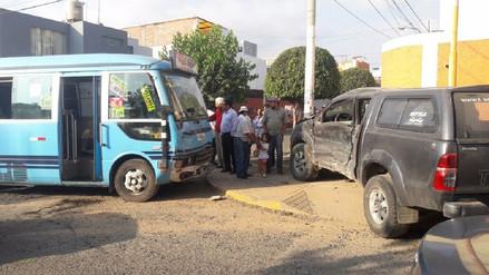 Cinco heridos deja choque entre coaster y camioneta