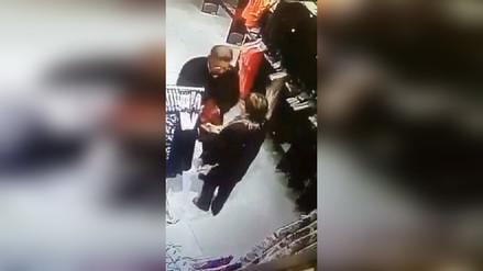 Ancianos fueron captados robando en una tienda deportiva