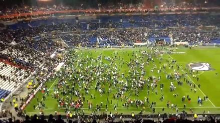 Hinchas del Olympique de Lyon y del Besiktas se pelearon en pleno estadio