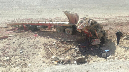 Dos fallecidos deja despiste de tráiler en la carretera Panamericana Sur