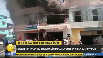 Un incendio consume un almacén de colchones en Villa El Salvador