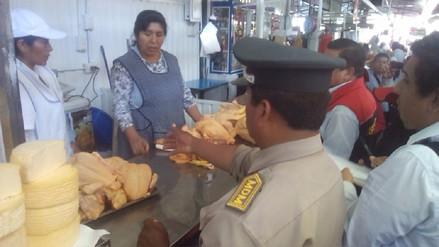 En condiciones insalubres venden carne de pollo en feria El Altiplano