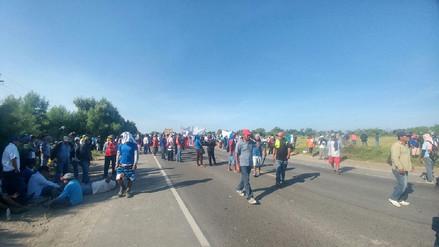 Damnificados bloquean carretera Piura – Chiclayo