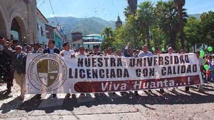Ayacuchanos celebran licenciamiento de Universidad de Huanta