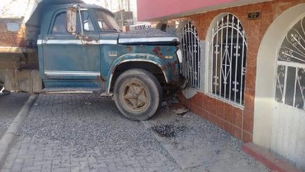 Camión se despista y se empotra en vivienda en Arequipa