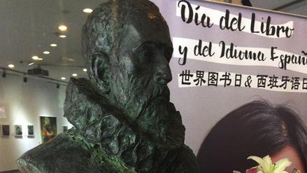 La inauguración de un busto de Cervantes marca el Día del Libro en Pekín