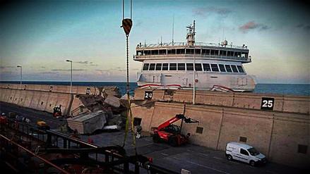 Choque de Ferry deja 13 heridos y derrame de combustible en España