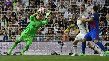 Keylor Navas evitó un gol de Luis Suárez con una brillante tapada